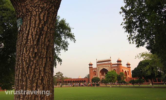 taj-mahal-great-gate-from-garden